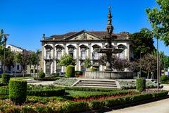 Campo das Hortas, een klein park in het centrum van Braga met een historisch gebouw Royalty-vrije Stock Afbeeldingen