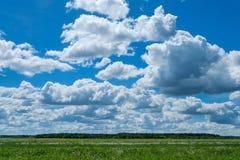 Campo das nuvens do céu fotos de stock royalty free