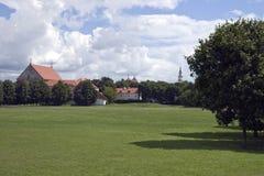 Campo davanti alla chiesa Fotografia Stock Libera da Diritti
