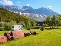 Campo de acampamento com o campista sob as montanhas rochosas noruega Imagens de Stock