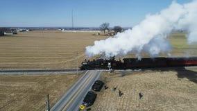 Campo de Amish con el tren de pasajeros del vapor que sopla a través en un invierno D almacen de metraje de vídeo