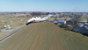 Campo de Amish con el tren de pasajeros del vapor que sopla a trav?s en un invierno D almacen de metraje de vídeo