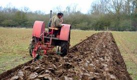 Campo de arado 1930 del International del vintage del tractor rojo del ` s Imagenes de archivo