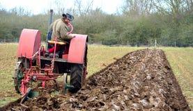 Campo de arado 1930 del International del vintage del tractor rojo del ` s Imagen de archivo