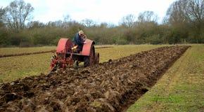 Campo de arado 1930 del International del vintage del tractor rojo del ` s Imagen de archivo libre de regalías