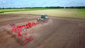 Campo de arado Tractor agrícola que ara el campo de cultivo Equipo de cultivo almacen de metraje de vídeo