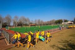 Campo de Astro del juego de las muchachas de los equipos de hockey Foto de archivo libre de regalías