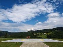 Campo de aterrizaje para el helicóptero en montañas Imagenes de archivo