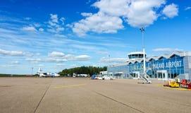 Campo de aviación con el edificio del aeropuerto en Vaxjo Imagenes de archivo