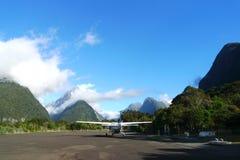 Campo de aviación de Milford Sound en la región de la tierra del Fiord de Nueva Zelanda de la isla del sur Imágenes de archivo libres de regalías