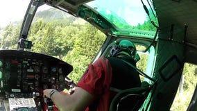 Campo de aviación inminente del helicóptero en las montañas del austriaco de la vista de la carlinga almacen de metraje de vídeo