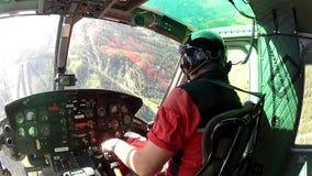 Campo de aviación inminente del helicóptero en las montañas del austriaco de la vista de la carlinga almacen de video