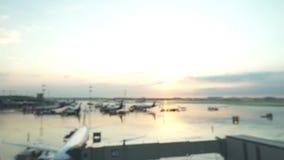 Campo de aviación, pista, avión Puesta del sol a través del vidrio mojado metrajes