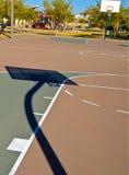 Campo de básquete em um parque Fotografia de Stock Royalty Free