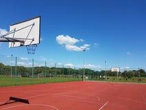 Campo de básquete moderno no pátio da escola primária Campo de jogos multifuncional do ` s das crianças com o artificial surgido  Imagens de Stock Royalty Free