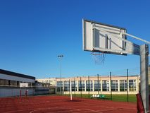 Campo de básquete moderno no pátio da escola primária Campo de jogos multifuncional do ` s das crianças com o artificial surgido  Imagens de Stock