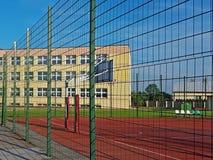 Campo de básquete moderno no pátio da escola primária Campo de jogos multifuncional do ` s das crianças com o artificial surgido  Imagem de Stock Royalty Free