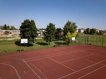 Campo de básquete moderno no pátio da escola primária Campo de jogos multifuncional do ` s das crianças com o artificial surgido  Fotografia de Stock Royalty Free