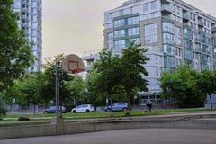 Campo de básquete na área urbana imagens de stock royalty free