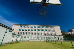 Campo de básquete na escola. Fotos de Stock Royalty Free
