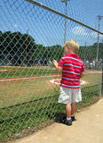 Campo de béisbol del muchacho imagen de archivo