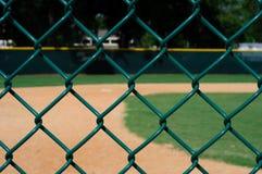 Campo de béisbol vacío a través de la cerca Imagenes de archivo