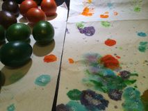 Campo de batalha dos ovos da páscoa e das cores Imagens de Stock Royalty Free