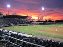 Campo de beisebol do campeonato menor no por do sol Fotos de Stock