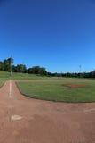 Campo de bola y cielo azul Foto de archivo