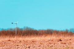 Campo de colheitas da terra e do céu azul bonito acima fotos de stock royalty free