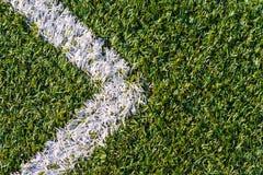Campo de esportes com grama artificial e marcações brancas como a seta Foto de Stock Royalty Free