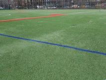 Campo de esportes sem jogadores, vermelho e linhas verdes imagens de stock