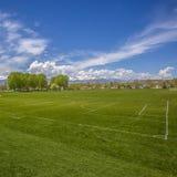 Campo de esportes vasto do quadrado do quadro com a bancada da rede e do basebol do objetivo do futebol atrás de uma cerca imagem de stock royalty free