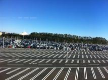 Campo de estacionamiento enorme sistemático del coche en Japón imagen de archivo