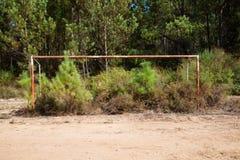 Campo de fútbol abandonado imagenes de archivo