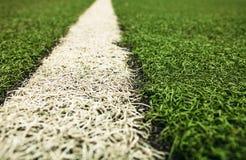 Campo de fútbol artificial verde de la hierba El fondo verde fotos de archivo libres de regalías
