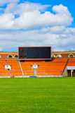 Campo de fútbol con la tarjeta de la cuenta Fotos de archivo libres de regalías