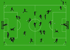 Campo de fútbol con los jugadores y los árbitros imagenes de archivo