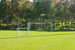 Campo de fútbol con una raya blanca y las puertas foto de archivo