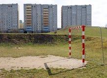 Campo de fútbol delante de un bloque de apartamentos industrializado, Jelenia Gora, Polonia Foto de archivo
