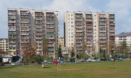 Campo de fútbol delante de un bloque de apartamentos industrializado, Jelenia Gora, Polonia Fotos de archivo libres de regalías