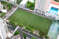 Campo de fútbol en la ciudad fotos de archivo libres de regalías