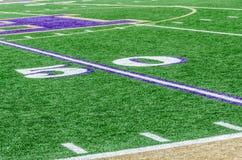 Campo de fútbol en la línea de yardas 50 Imagen de archivo libre de regalías