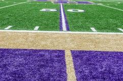 Campo de fútbol en la línea de yardas 50 Foto de archivo libre de regalías