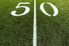 Campo de fútbol en la línea de yardas 50 Foto de archivo