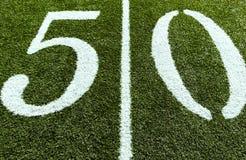 Campo de fútbol en la línea de yardas 50 Fotos de archivo libres de regalías