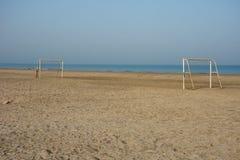 Campo de fútbol de la playa sin gente en el Oriente Medio fotos de archivo libres de regalías