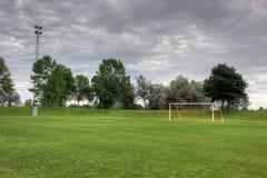 Campo de fútbol nublado fotos de archivo libres de regalías