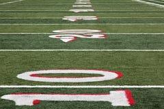 Campo de fútbol a partir de la línea de yardas el 10 Imágenes de archivo libres de regalías