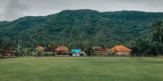 Campo de fútbol simple, con un ajuste natural, en el pueblo de Bali Indonesia 2 imagen de archivo libre de regalías